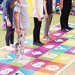 dzieci grają wgrę