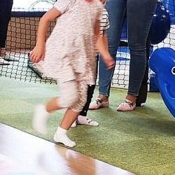 dziewczynka biegnie