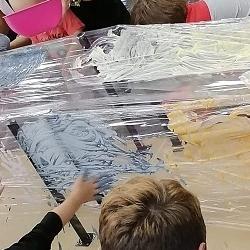 dzieci malują nafolii