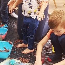 dzieci wyrabiają kolorowe masy