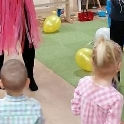 dzieci ianimatorki podnoszą ręce dogóry