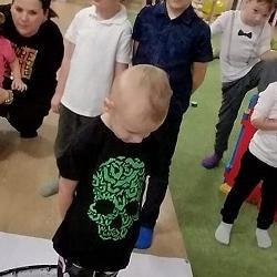 chłopiec wokręgu