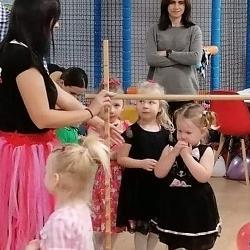 dzieci przechodzą podprzeszkodą